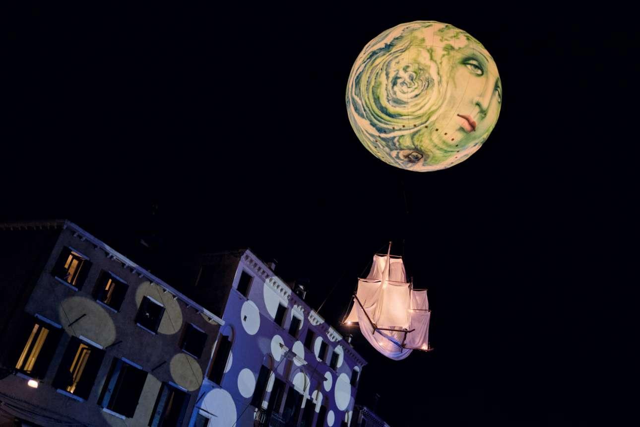 Το φεγγάρι σέρνει το καράβι πάνω από τα νερά του καναλιού - με τη δύναμη της γυναικείας μελαγχολίας