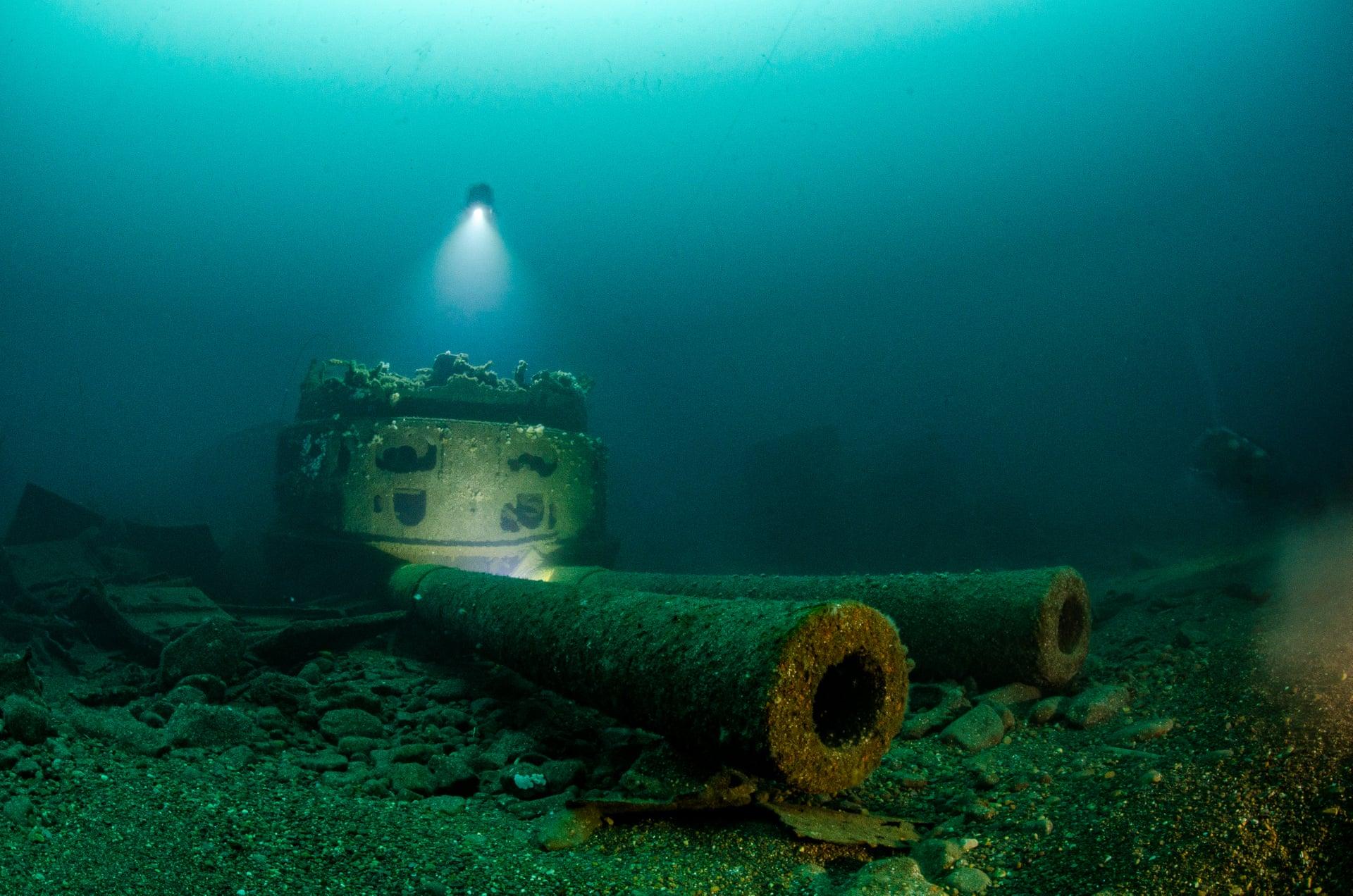 Μεγάλα κανόνια: Νικητής στην κατηγορία «Ναυάγια». «Το πολεμικό πλοίο HMS Audacious βυθίστηκε έξω από τις ακτές της Ιρλανδίας όταν έπεσε πάνω σε νάρκη το 1914. Βρίσκεται σε βάθος 64 μέτρων. Χρησιμοποίησα ένα τρίποδο και μεγάλα φώτα για να καταφέρω να φωτίσω τα κανόνια και να συμπεριλάβω και τον εαυτό μου στη φωτογραφία».