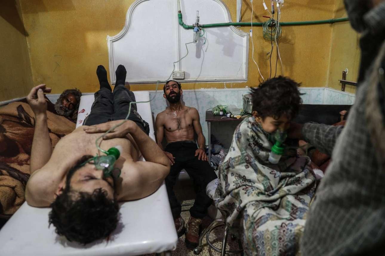 Ανδρες και ένα παιδί περιθάλπονται σε χωριό της Ανατολικής Γούτα, στη Συρία, έπειτα από επίθεση με χημικά