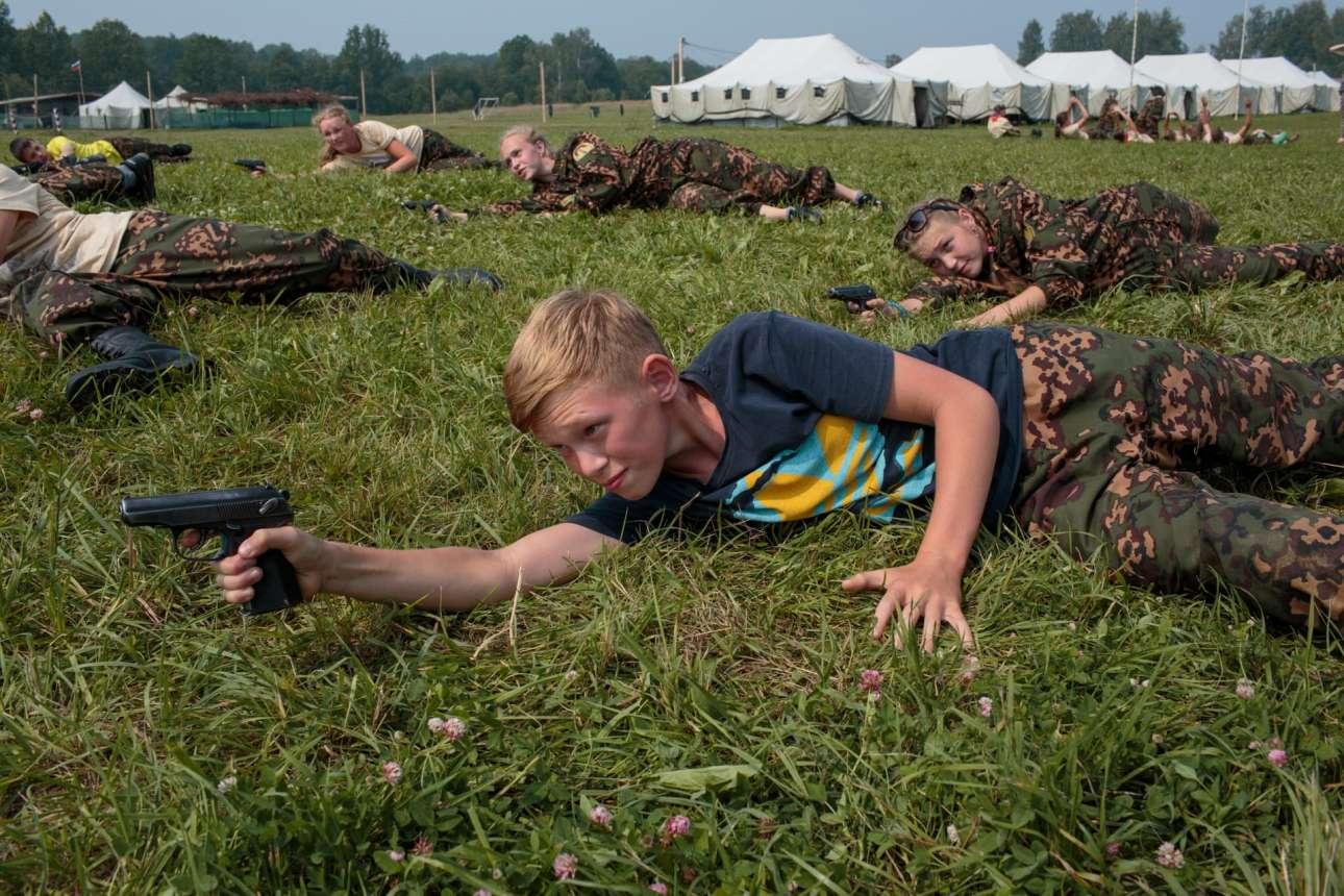 Μαθητές εκπαιδεύονται στα όπλα στο ιστορικό στρατόπεδο Μποροντίνο της Ρωσίας. Στόχος του προγράμματος είναι «να αφυπνίσει τη νεότερη γενιά και να τους προκαλέσει έντονο ενδιαφέρον για την ιστορία της πατρίδας»