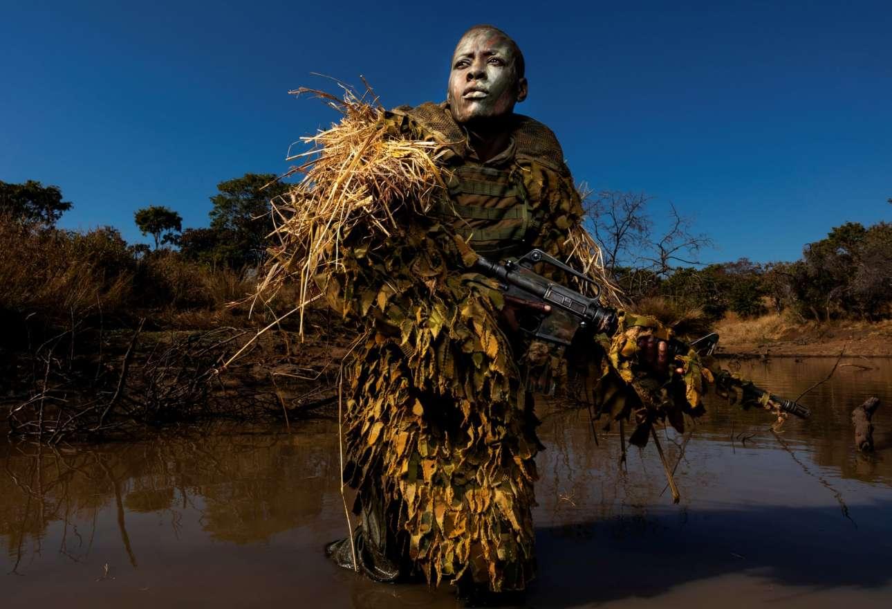 Η 30χρονη Πετρονέλα Τζιγκουμπούρα, μέλος της γυναικείας μονάδας εναντίον της λαθροθηρίας Akashinga, εκπαιδεύεται στο πάρκο άγριας φύσης Phundundu της Ζιμπάμπουε