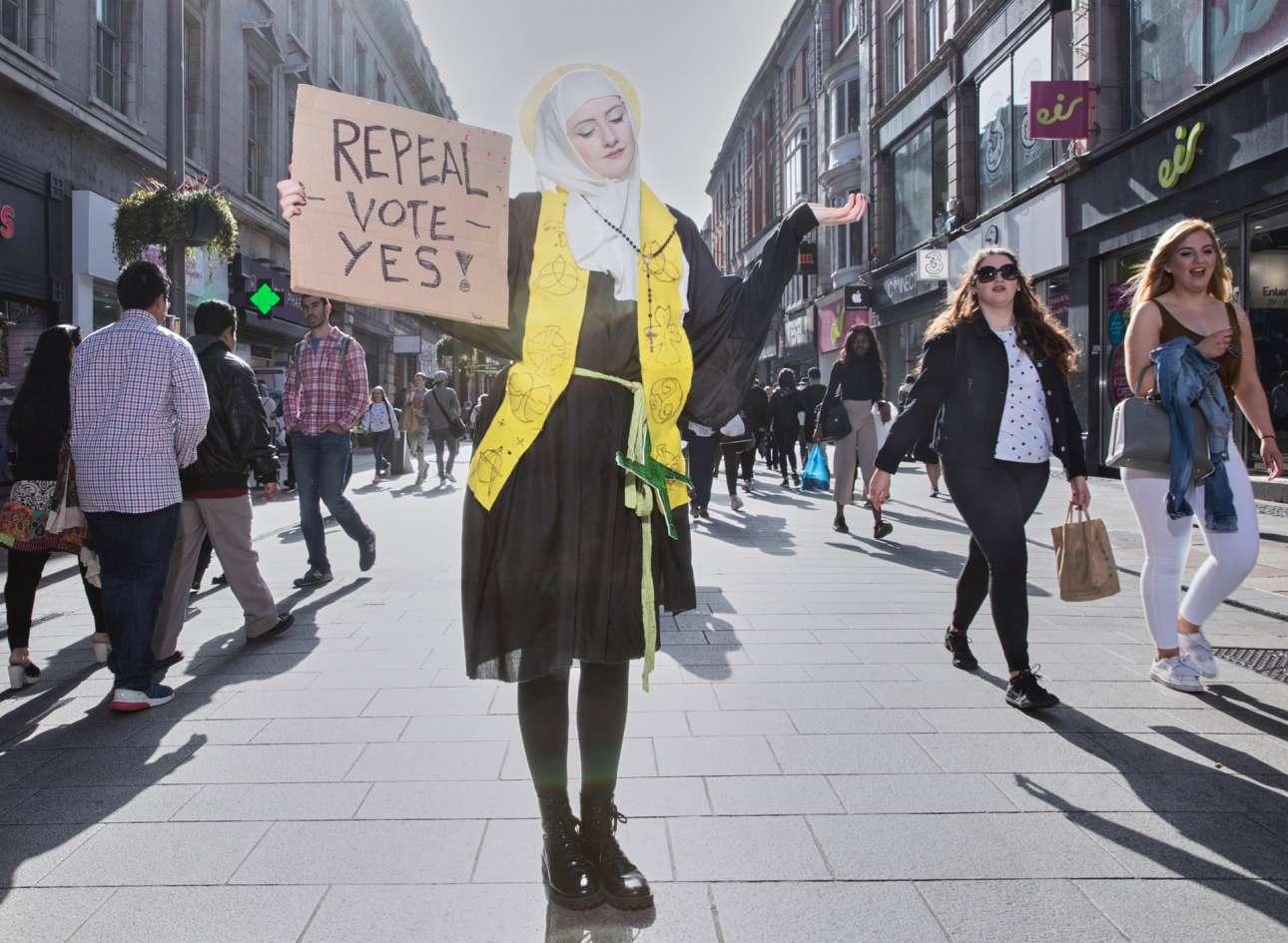Η Μεγκαν Σκοτ ντυμένη ως Αγία Μπρίτζετ, η προστάτιδα των Ιρλανδών, μάχεται υπέρ της αλλαγής του αυστηρού νόμου για την απαγόρευση των εκτρώσεων ακόμα και έπειτα από βιασμό, σε κεντρικό δρόμο του Δουβλίνου. Ο νόμος ανατράπηκε με πλειοψηφία δύο τρίτων στο δημοψήφισμα του Μαΐου