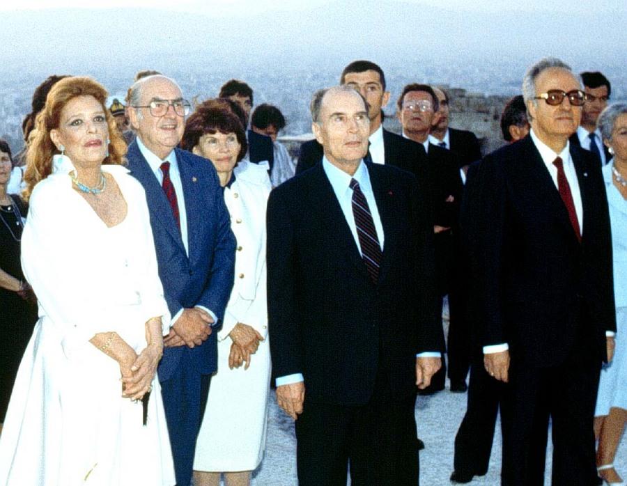 Ο Α. Παπανδρέου με την Μ. Μερκούρη , τον Φ. Μιτεραν και τον Χ. Σαρζετάκη στην Ακρόπολη κατά την τελετή έναρξης του θεσμού «Αθήνα Πολιτιστική Πρωτεύουσα της Ευρώπης» το 1985.