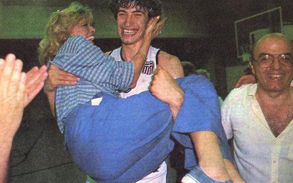 Πανηγυρίζοντας με τον Παναγιώτη Φασούλα στο Ευρωμπάσκετ 1987, μετά τη νίκη της Ελλάδας επί της Γιουγκοσλαβίας στον ημιτελικό