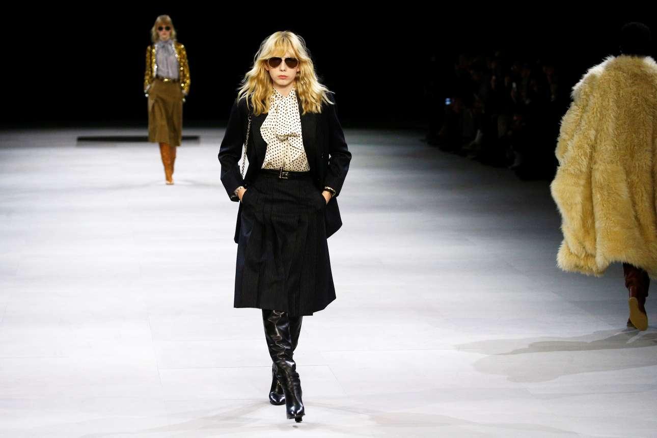Μεταξωτές μπλούζες, τουίντ φούστες, ψηλές μπότες, πλεκτά: αντλώντας έμπνευση από μια καμπάνια του 70, το λουκ που προτείνει ο οίκος Celine είναι εκείνο της «μπουρζουά Γαλλίδας της δεκαετίας του 1970»