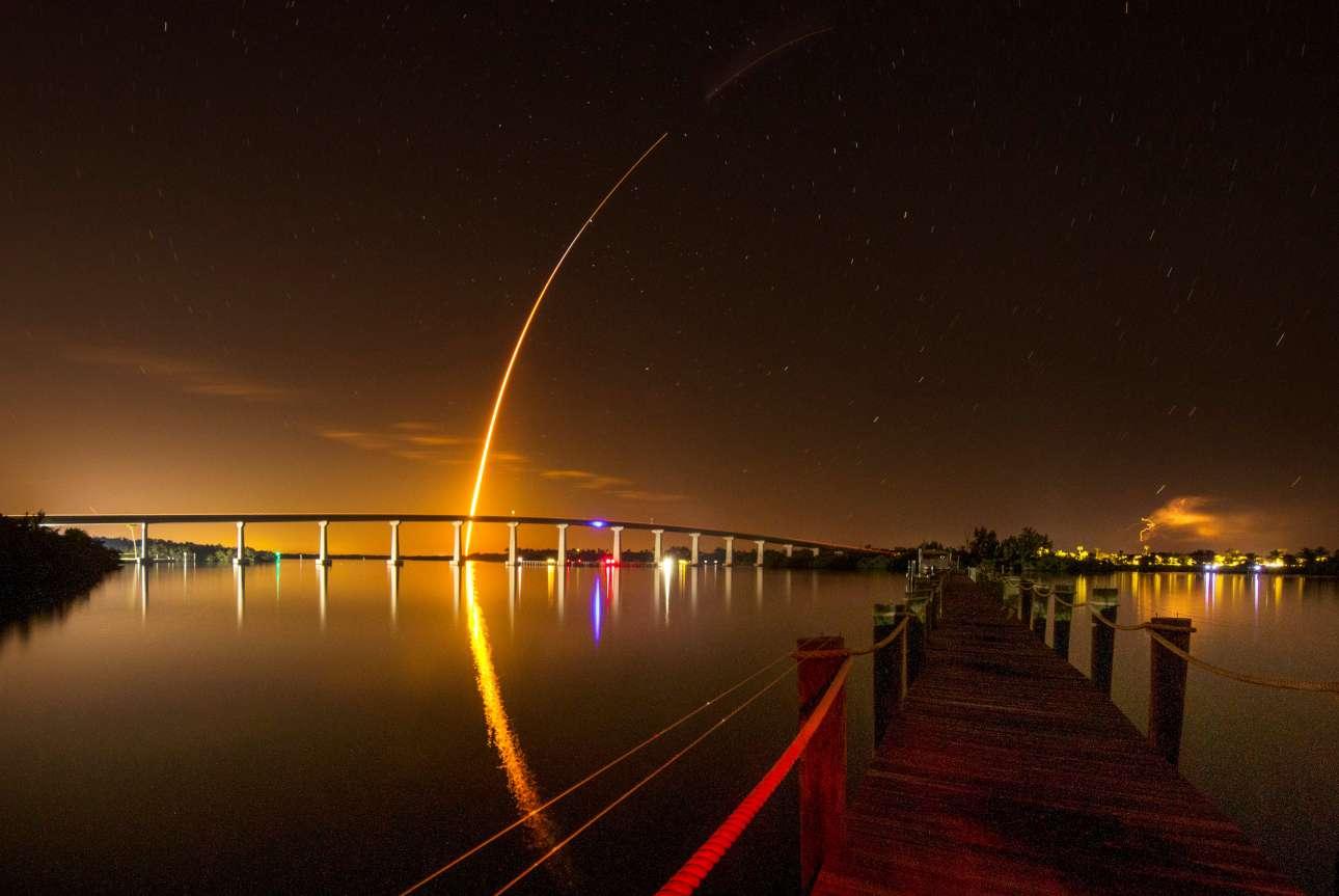 Σάββατο, 2 Μαρτίου, ΗΠΑ. Ενας πύραυλος Falcon 9 έστειλε στο διάστημα το σκάφος Crew Dragon της ιδιωτικής εταιρείας Space X, στην θεωρούμενη -τουλάχιστον από τους Αμερικανούς- ιστορική πρώτη του δοκιμαστική πτήση από τη Φλόριντα