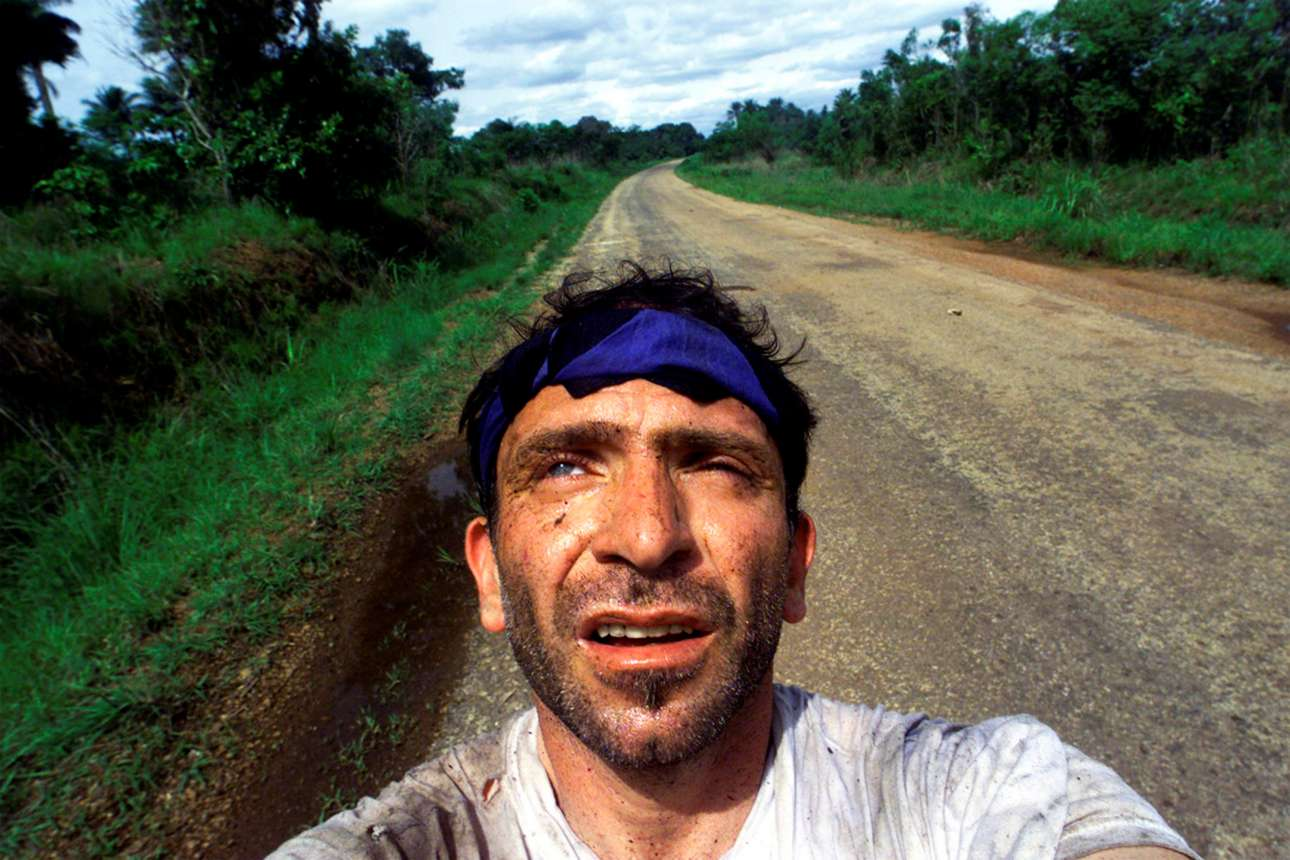 Γιάννης Μπεχράκης ο επιζών: αμέσως μετά από μια ενέδρα στη Σιέρα Λεόνε τον Μάιο του 2000 όπου σκοτώθηκε ένας στενός φίλος και συνάδελφός του, ο Μπεχράκης, παρολίγο θύμα και ο ίδιος, αυτοφωτογραφίζεται με όλη την σωματική και ψυχική κούραση της δοκιμασίας