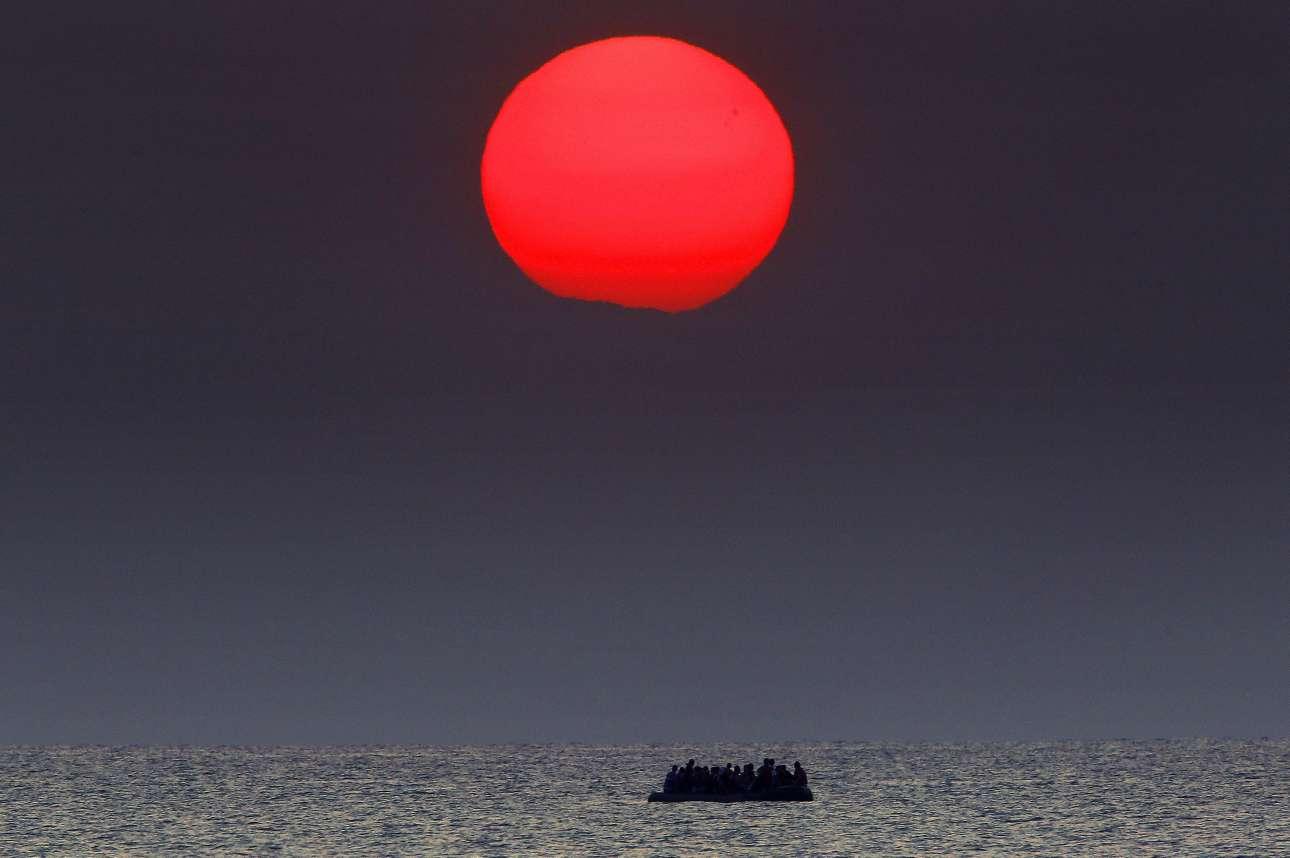 Αλλη μια εμβληματική εικόνα από την προσφυγική κρίση στην Ελλάδα το καλοκαίρι του 2015: το φουσκωτό με τους πρόσφυγες πλησιάζει στις ελληνικές ακτές