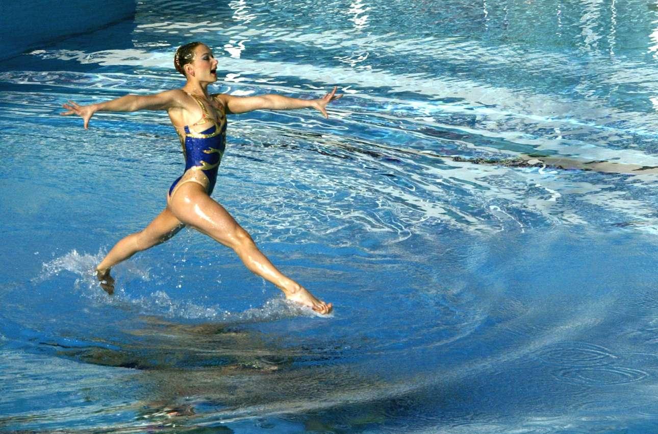 Ο Γιάννης Μπεχράκης δεν παρακολούθησε μόνο τη σκληρή πλευρά της Ιστορίας: μια ουκρανή αθλήτρια της συγχρονισμένης κολύμβησης προπονείται στην Αθήνα τον Απρίλιο του 2004