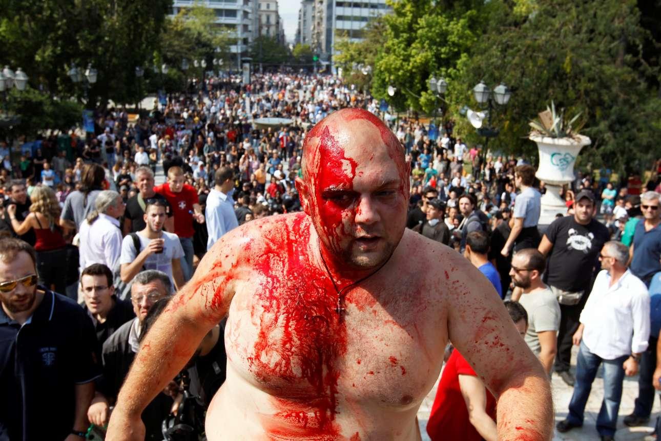 Άλλη μια εικόνα από τις διαδηλώσεις της κρίσης στην Αθήνα: αιμόφυρτος άνδρας στην πλατεία Συντάγματος, στις 5 Οκτωβρίου 2011
