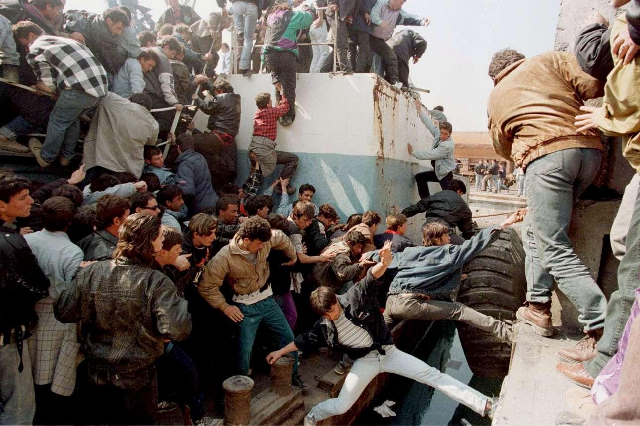 Εκατοντάδες Αλβανοί αγωνίζονται να ανέβουν σε ελληνικό πολεμικό πλοίο που είχε σταλεί στο Δυρράχιο για να απομακρύνει ξένους διπλωμάτες στις 15 Μαρτίου 1997