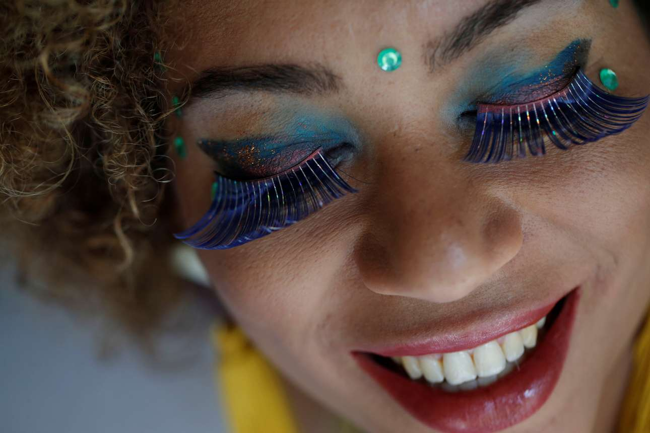 Κοντινό σε μία χαρούμενη καρναβαλίστρια στην Μπραζίλια