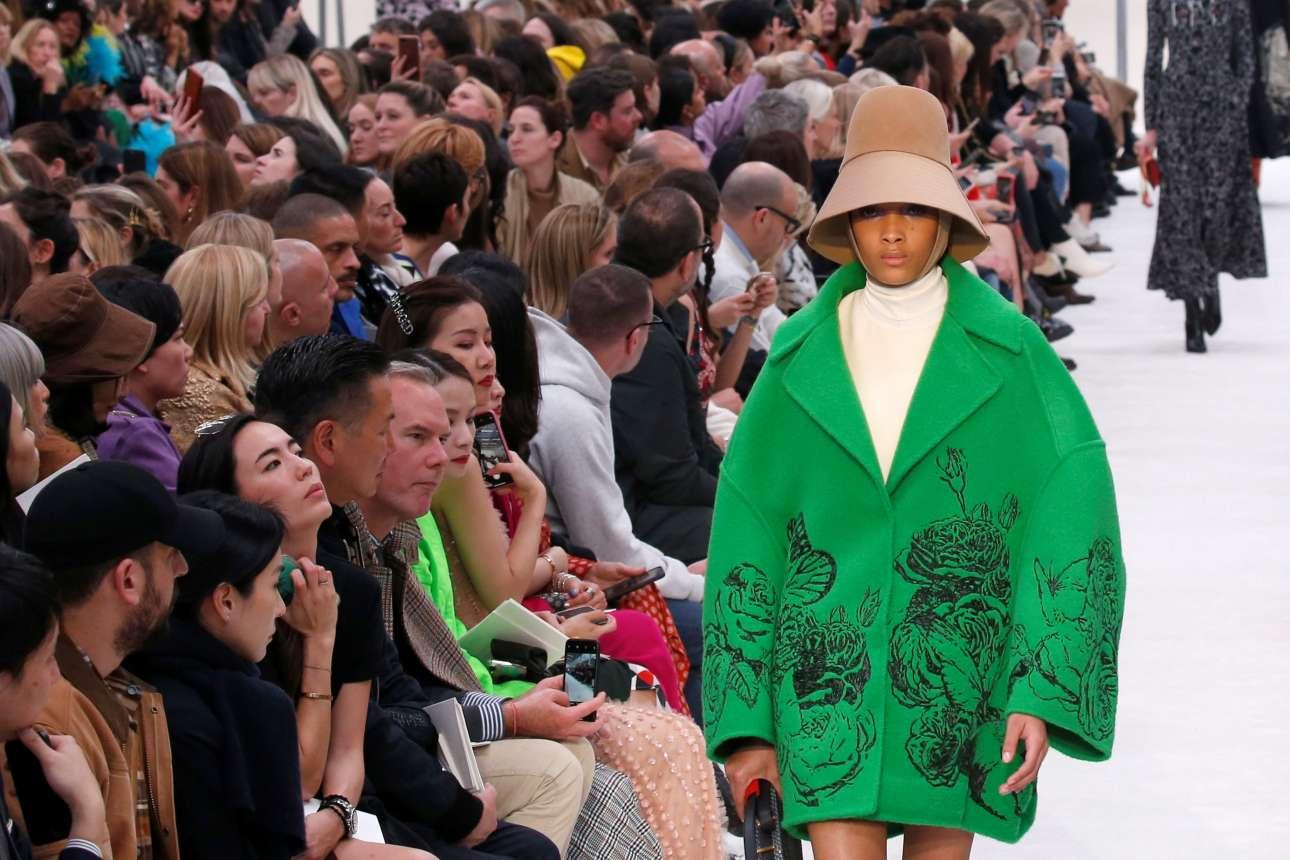Εντονα φλοράλ μοτίβα και στάμπες με φωτογραφίες αγαλμάτων που φιλιούνται κοσμούν τα παλτό και φορέματα του οίκου Valentino