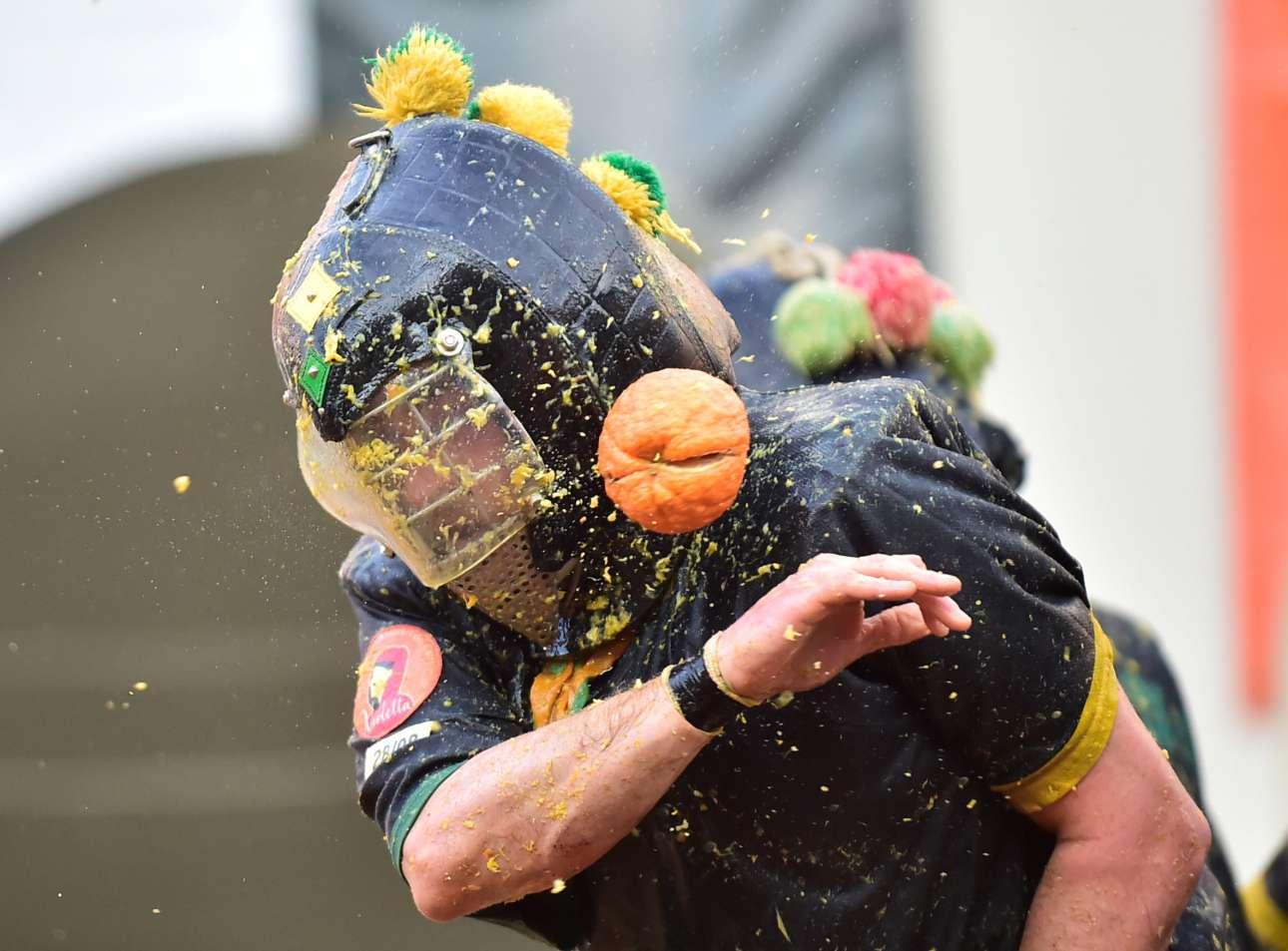 Δευτέρα, 4 Μαρτίου, Ιταλία. Στιγμιότυπο από τη «Μάχη των Πορτοκαλιών», το παραδοσιακό έθιμο με το οποίο κορυφώνεται το Καρναβάλι της Ιβρέα, μιας πόλης 23.000 κατοίκων κοντά στο Τορίνο