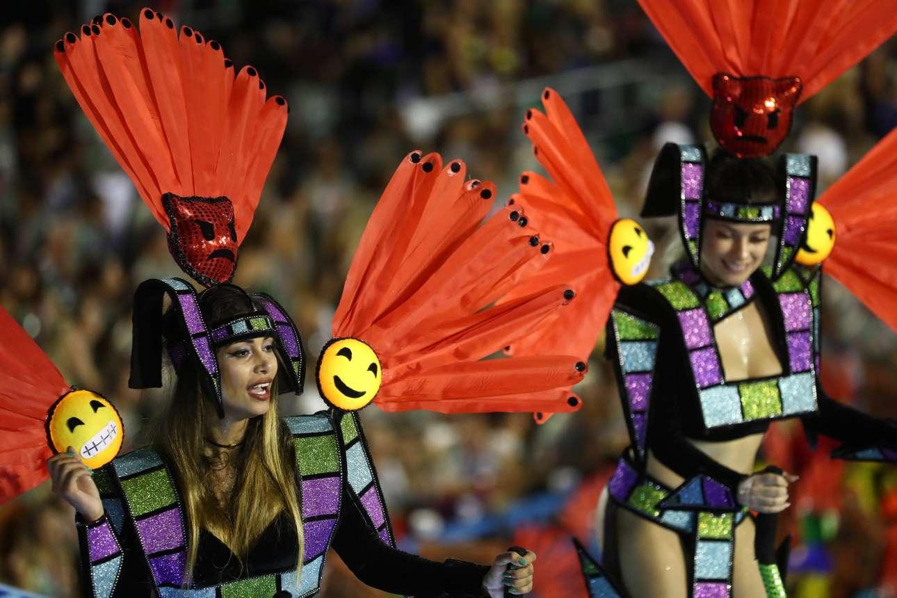 Στολές με emojis δεν θα μπορούσαν να λείπουν φυσικά από το εφετινό καρναβάλι