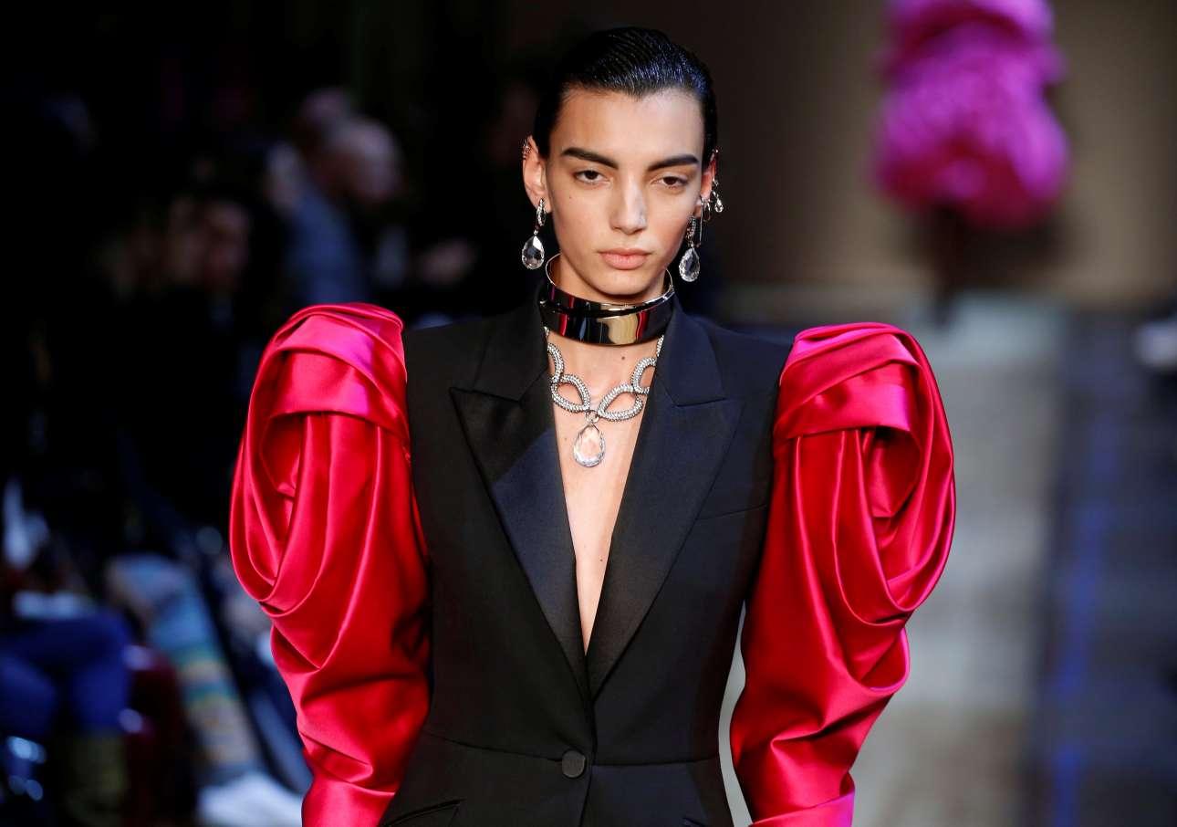 Η σχεδιάστρια Σάρα Μπάρτον του οίκου Alexander McQueen «λαξεύει» φορέματα δίνοντας τους τη μορφή τριαντάφυλλων