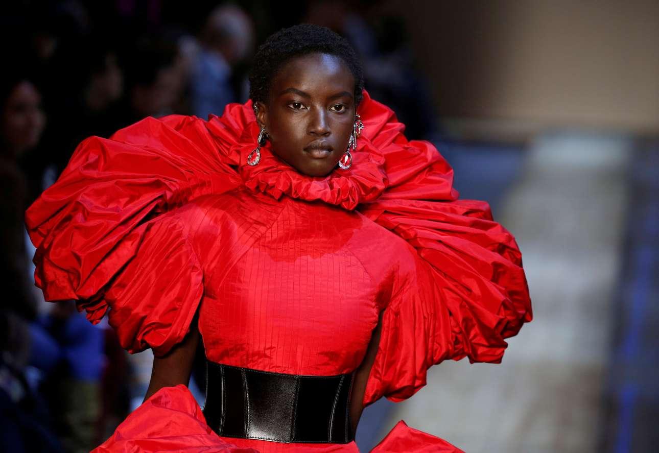 Εξαιρετικό ράψιμο και προσοχή στις λεπτομέρειες στην κολεξιόν του Alexander McQueen