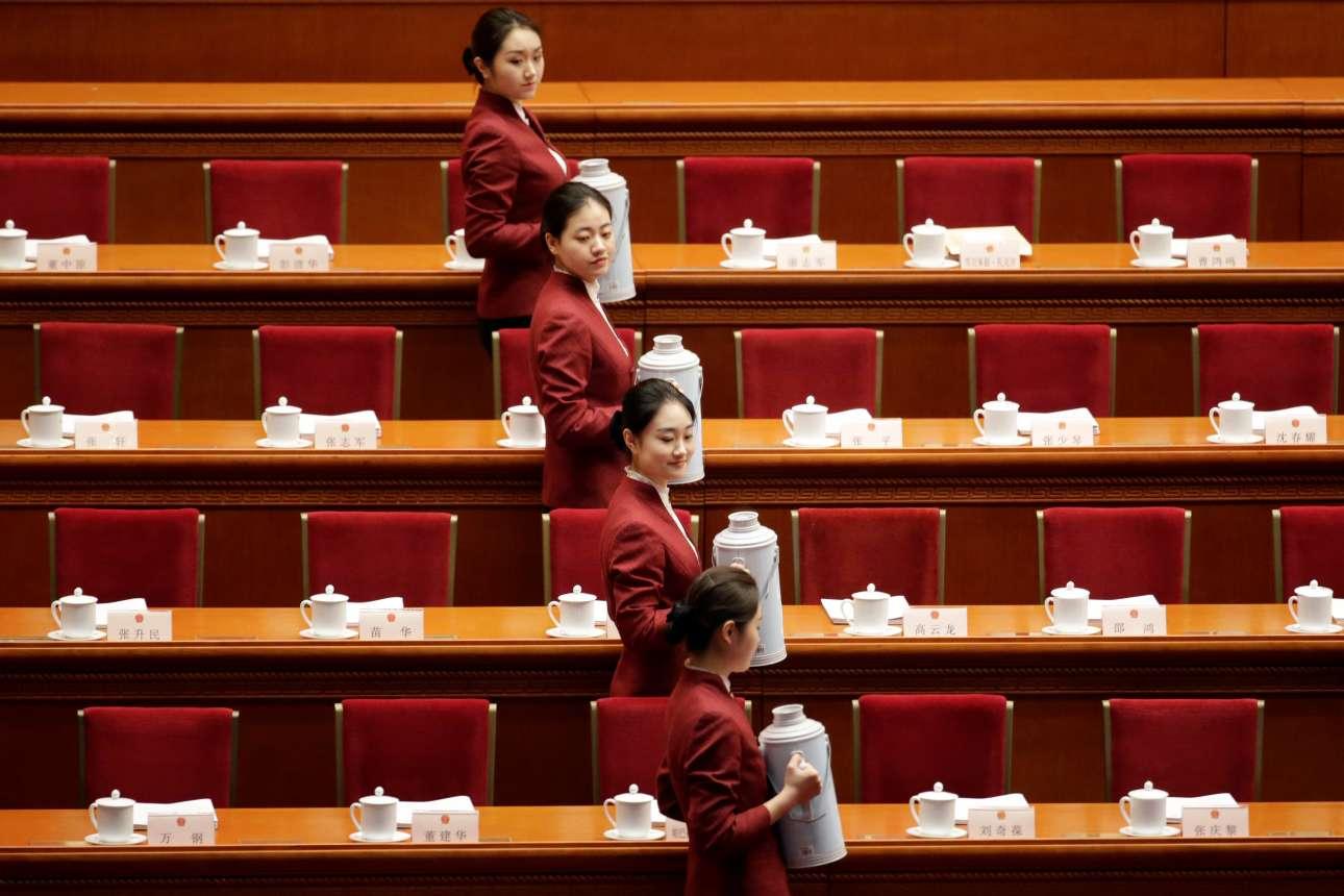 Τρίτη, 5 Μαρτίου, Κίνα. Νεαρές γυναίκες σε απόλυτο συγχρονισμό σερβίρουν τσάι κατά την επίσημη έναρξη των εργασιών της ετήσιας Λαϊκής Εθνοσυνέλευσης στο Μέγαρο του Λαού, στο Πεκίνο