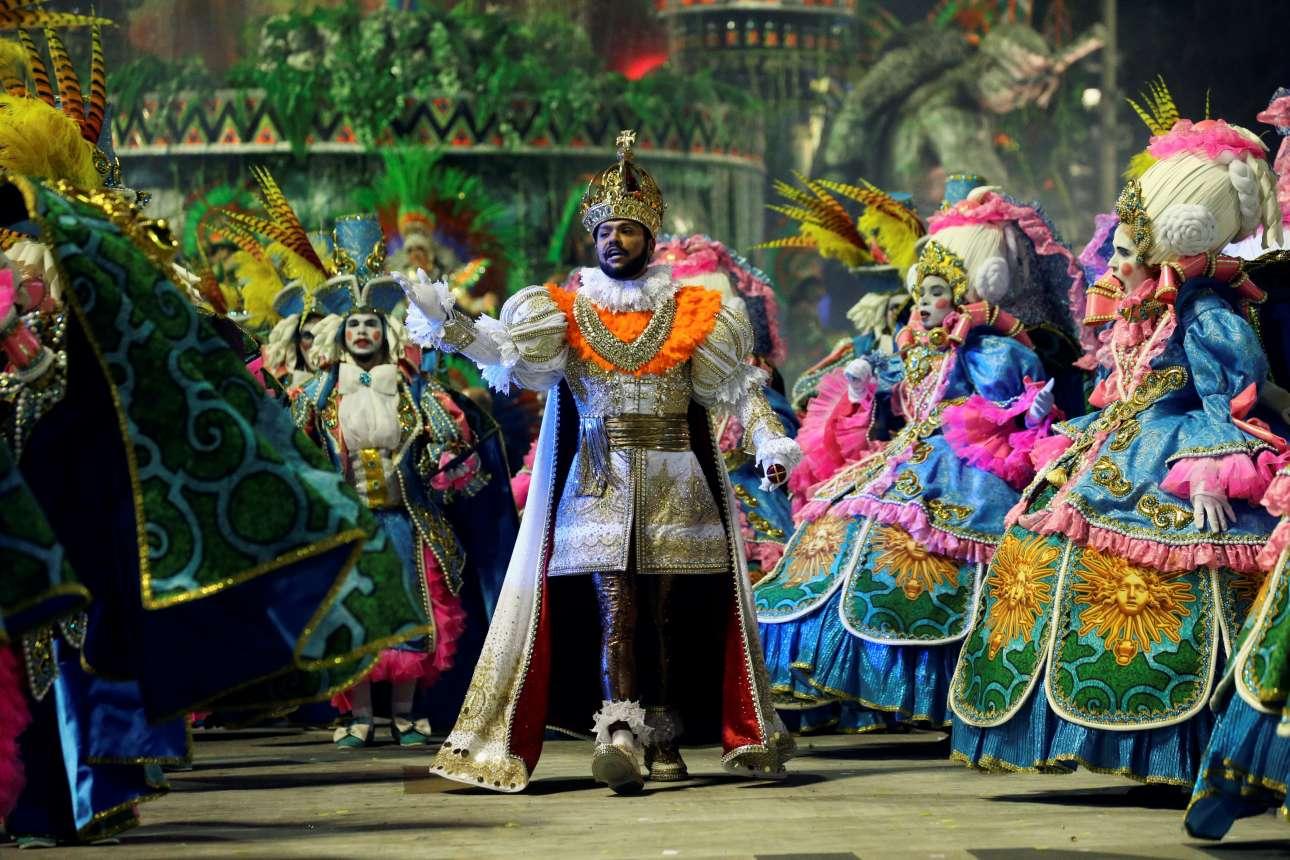 Βασιλιάδες και αριστοκράτισσες μέσα σε εκπληκτικές φλούο στολές παρελαύνουν στο Σαμπαδρόμιο του Ρίο