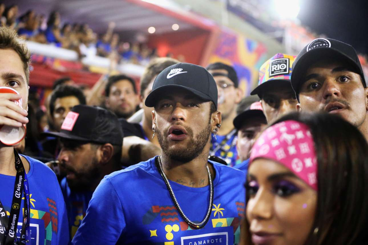 Ο βραζιλιάνος ποδοσφαιριστής Νεϊμάρ παρακολουθεί με ανοιχτό το στόμα -κυριολεκτικά και μεταφορικά- τις εκδηλώσεις στο Σαμπαδρόμιο του Ρίο.