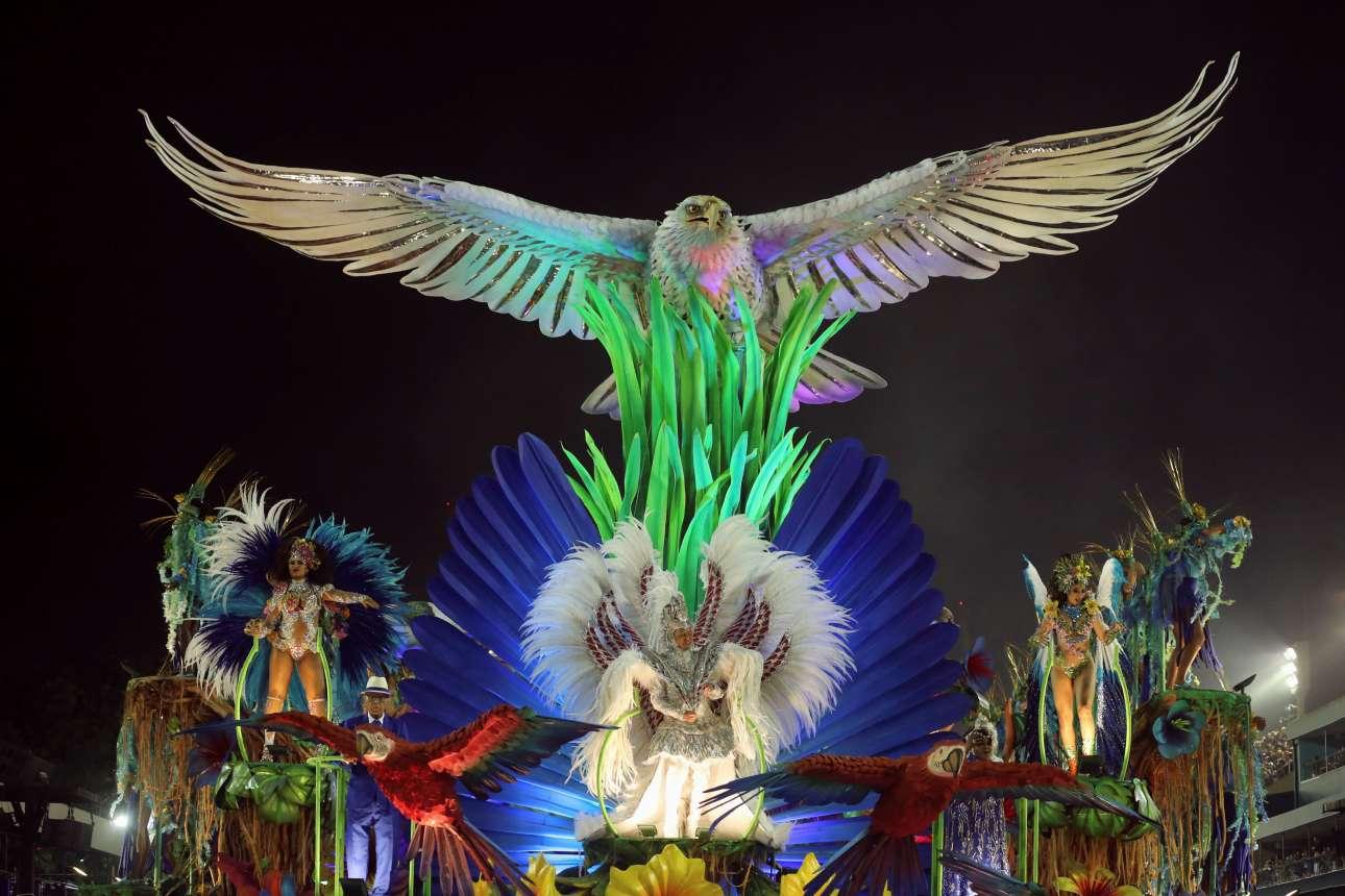 Ενας επιβλητικός χρυσόλευκος αετός διακοσμεί το άρμα της σχολής σάμπα Portela στο Ρίο