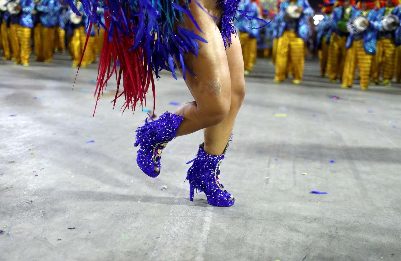 Οι λεπτομέρειες κάνουν τη διαφορά... καρναβαλίστρια χορεύει σάμπα στο Σαμπαδρόμιο του Ρίο