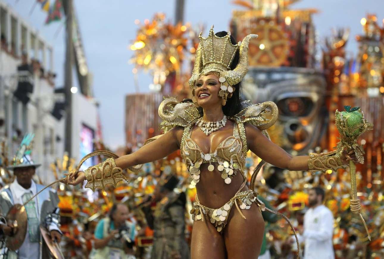 Η Βασίλισσα των Ντραμς Καμίλα Σίλβα από τη σχολή σάμπα Mocidade παρελαύνει στο Σαμπαδρόμιο του Ρίο