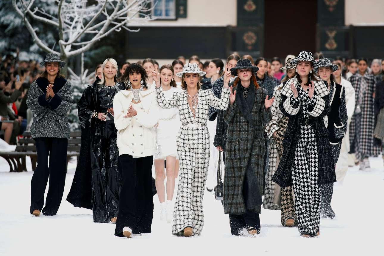 Ενα ειδυλλιακό σαλέ ήταν το σκηνικό που στήθηκε για την τελευταία κολεξιόν τηςChanel δια χειρός Καρλ Λάγκερφελντ. Διάσημα μοντέλα, φορώντας φαρδιά παντελόνια και μακριά παλτό τουίντ, απέτισαν φόρο τιμής στον εκλιπόντα σπουδαίο μετρ της μόδας στο χιονισμένο Grand Palais