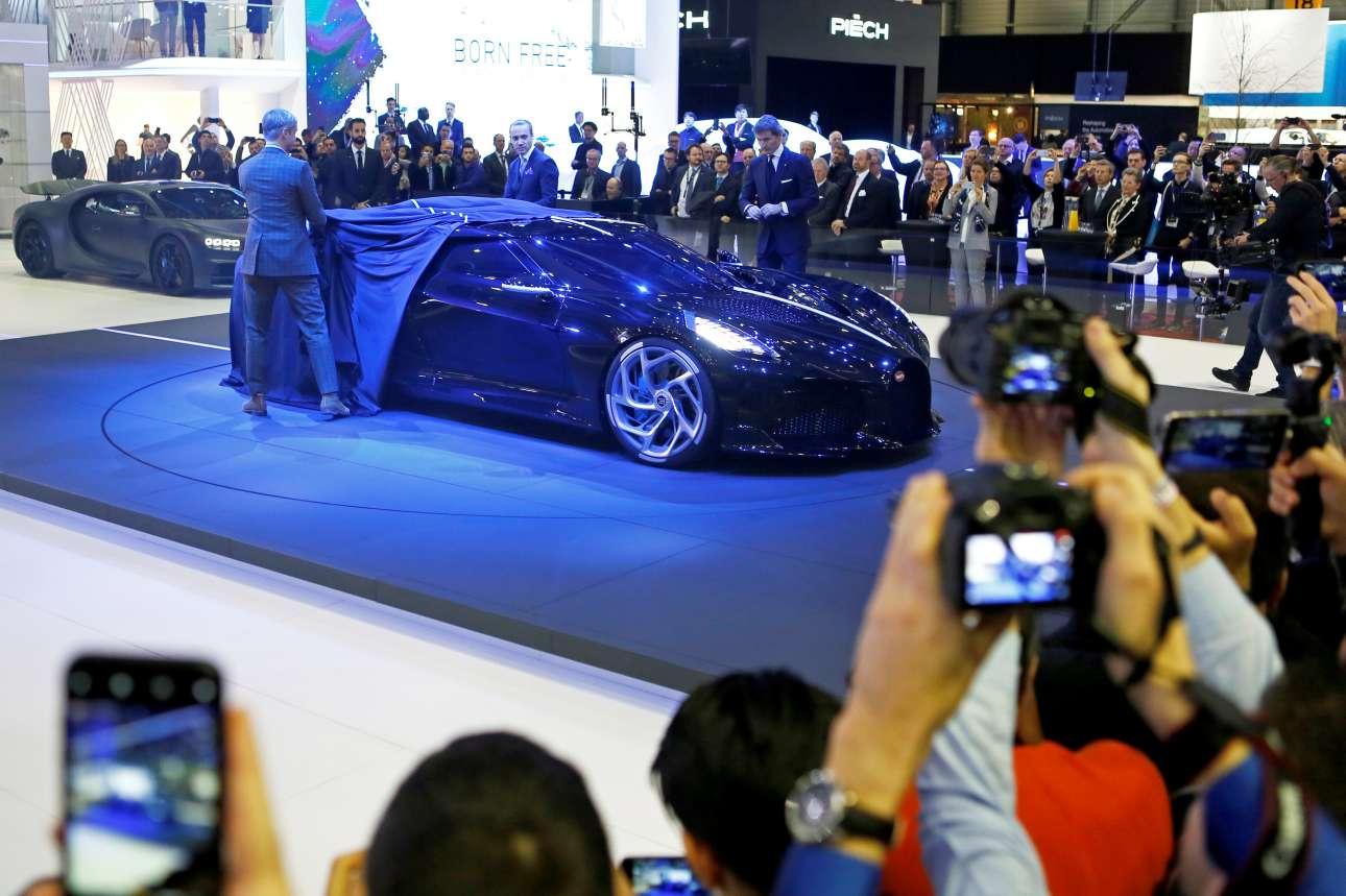 Τρίτη, 5 Μαρτίου, Ελβετία. Το πιο ακριβό αυτοκίνητο όλων των εποχών διατείνεται πως δημιούργησε η Bugatti για τα 110α γενέθλιά της. Το «La Voiture Noire» θυμίζει… Star Wars, παρουσιάστηκε στην 89η Διεθνή Έκθεση Αυτοκινήτου της Γενεύης και, σύμφωνα με το Bloomberg, πωλήθηκε αντί 11 εκατ. ευρώ