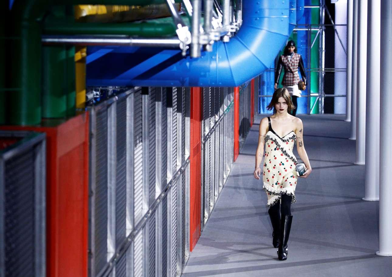 Δέρμα, ντένιμ, καρό, φλοράλ και λεοπάρ συνδυάζονται με παράξενο τρόπο στην επίδειξη του Louis Vuitton στο Κέντρο Πομπιντού. Ο σχεδιαστής Nicolas Ghesquière περιγράφει την αντισυμβατική συλλογή του ως «την ομορφιά της αντιπαράθεσης»