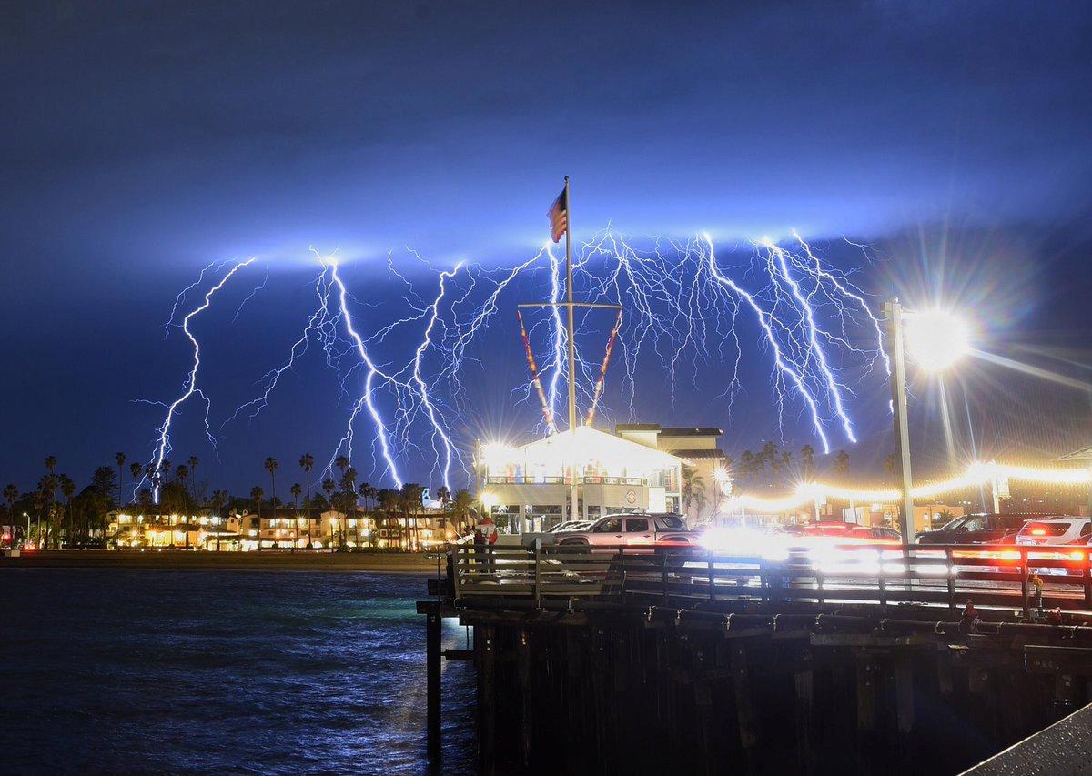 Τρίτη, 5 Μαρτίου, ΗΠΑ. Αστραπές φωτίζουν τον ουρανό πάνω από τη Σάντα Μόνικα, στην Καλιφόρνια