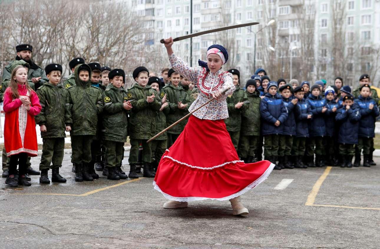 Τετάρτη, 6 Μαρτίου, Ρωσία. Mαθήτρια της στρατιωτικής σχολής «Στρατηγός Γιερμόλοφ» επιδεικνύει στη Σταυρούπολη την πολεμική της δεινότητα στα σπαθιά στο πλαίσιο των εορτασμών για  το τέλος του χειμώνα