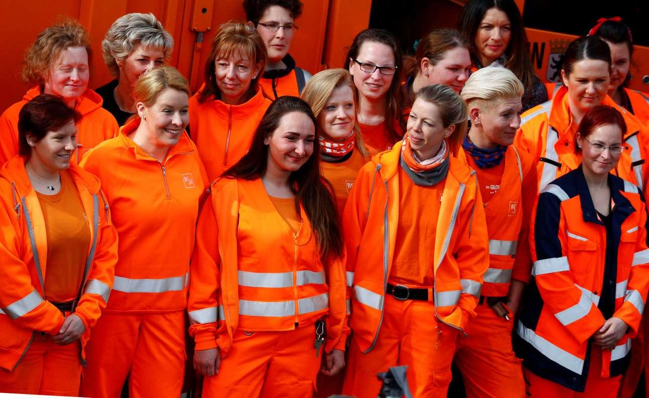 Η γερμανίδα υπουργός Οικογενειακών Υποθέσεων, Ηλικιωμένων, Γυναικών και Νεολαίας, Φρανζίσκα Γκίφι, (δεύτερη από αριστερά) φωτογραφίζεται ανάμεσα στις εργαζόμενες στην καθαριότητα του δήμου Βερολίνου, φορώντας την χαρακτηριστική τους στολή