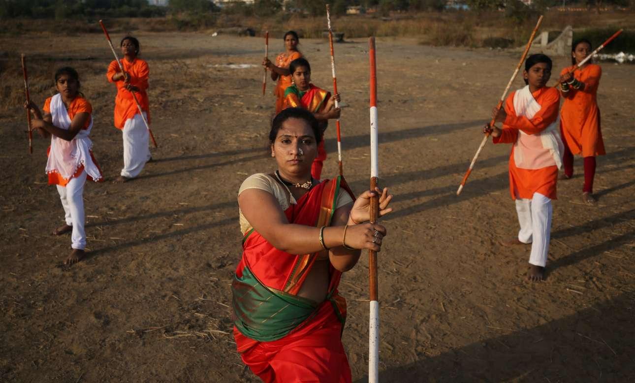 Γυναίκες προπονούνται στην πολεμική τέχνη της Σιβκάλιν Γιούντα Κάλα, σε προάστια του Μουμπάι (πρώην Βομβάη)