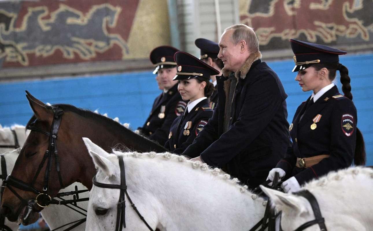 Πέμπτη, 7 Μαρτίου, Ρωσία. Ο πρόεδρος Βλαντίμιρ Πούτιν τιμά στη Μόσχα την Παγκόσμια Ημέρα της Γυναίκας κάνοντας ιππασία με γυναίκες αστυνομικούς