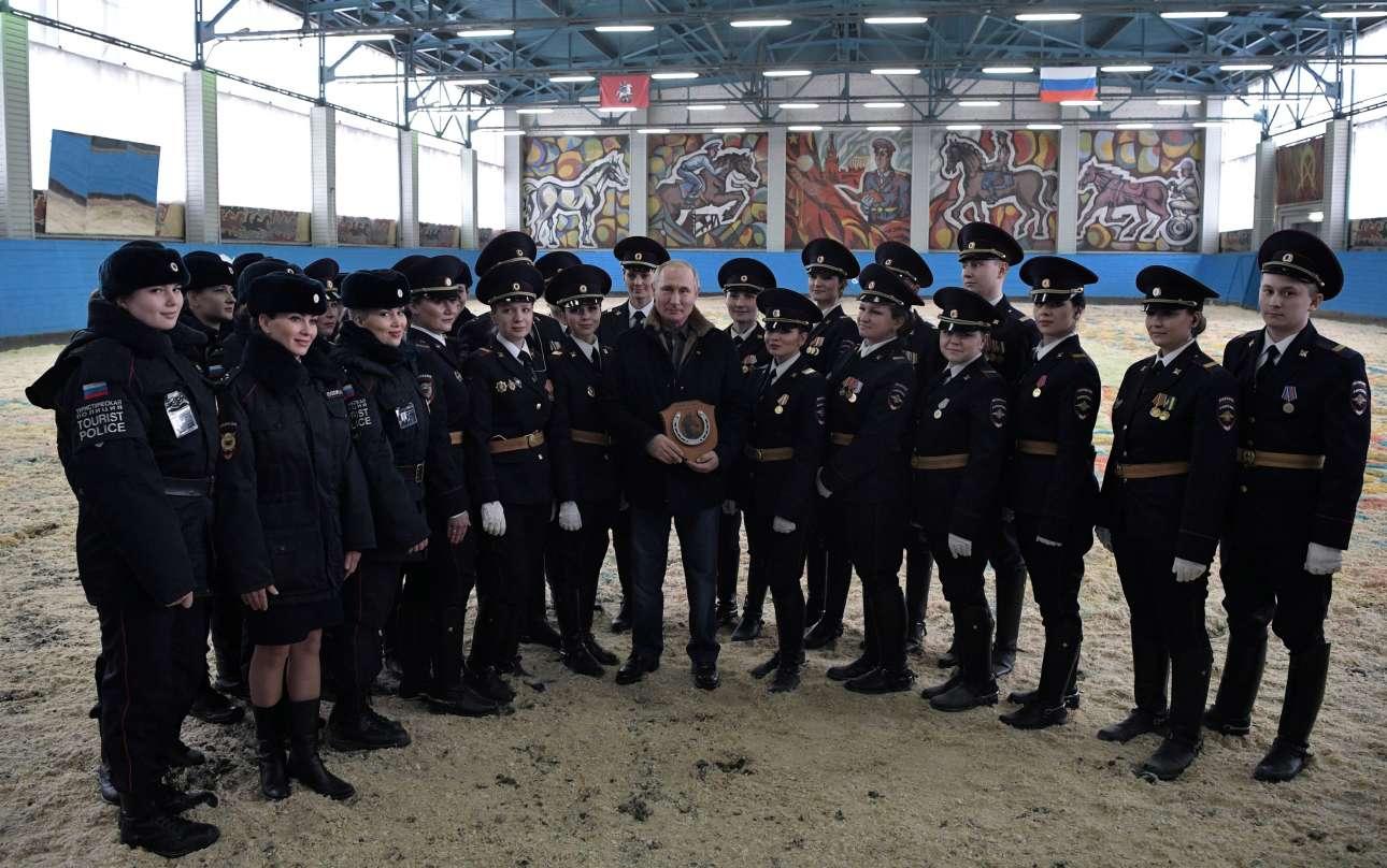 Ο Βλαντίμιρ Πούτιν επισκέπτεται ομάδα έφιππων αστυνομικών, στη Μόσχα, η οποία αποτελείται, στην πλειοψηφία της, από γυναίκες