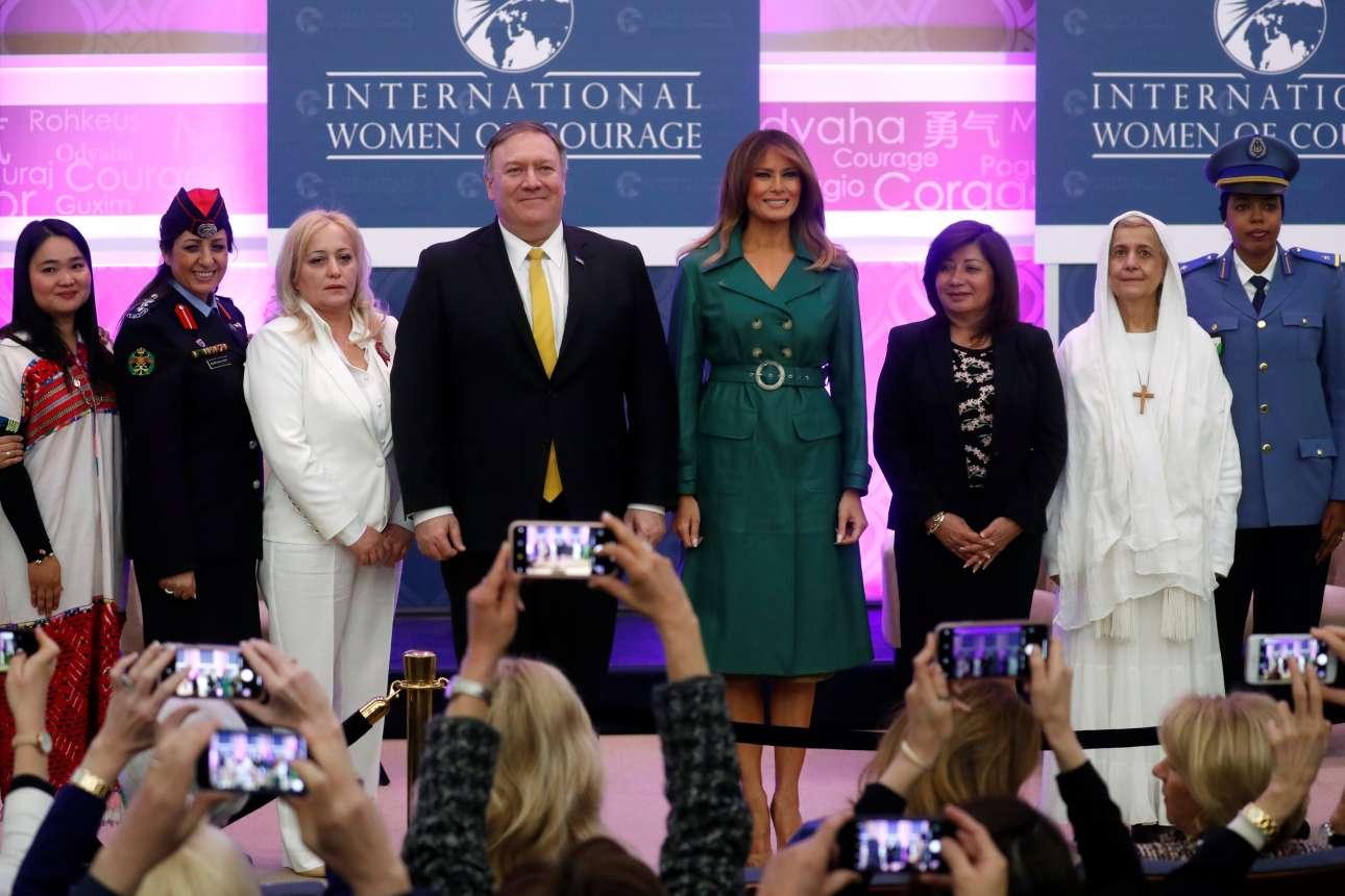 Η πρώτη κυρία των ΗΠΑ, Μελάνια Τραμπ (με το πράσινο φόρεμα), και ο Μάικ Πομπέο, υπουργός Εξωτερικών, με γυναίκες από τη Μπούρμα, το Ντζιμπουτί, τη Σρι Λάνκα και το Περού, που βραβεύθηκαν στο Στέιτ Ντιπάρτμεντ της Ουάσινγκτον, για το κουράγιο και τη γενναιότητά τους υπό δύσκολες συνθήκες