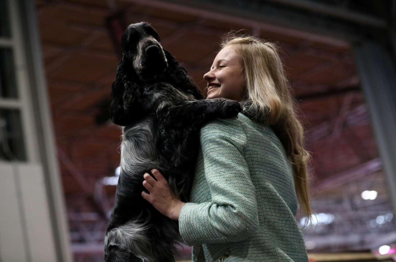 Μια ζεστή αγκαλιά για το Κόκερ Σπάνιελ και τη γυναίκα της φωτογραφίας