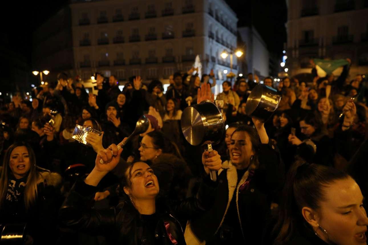 Γυναίκες κάνουν θόρυβο με κουτάλες και κατσαρόλες σε συγκέντρωση διαμαρτυρίας για τα δικαιώματα των γυναικών, στην κεντρική πλατεία της Μαδρίτης, το βράδυ της Πέμπτης