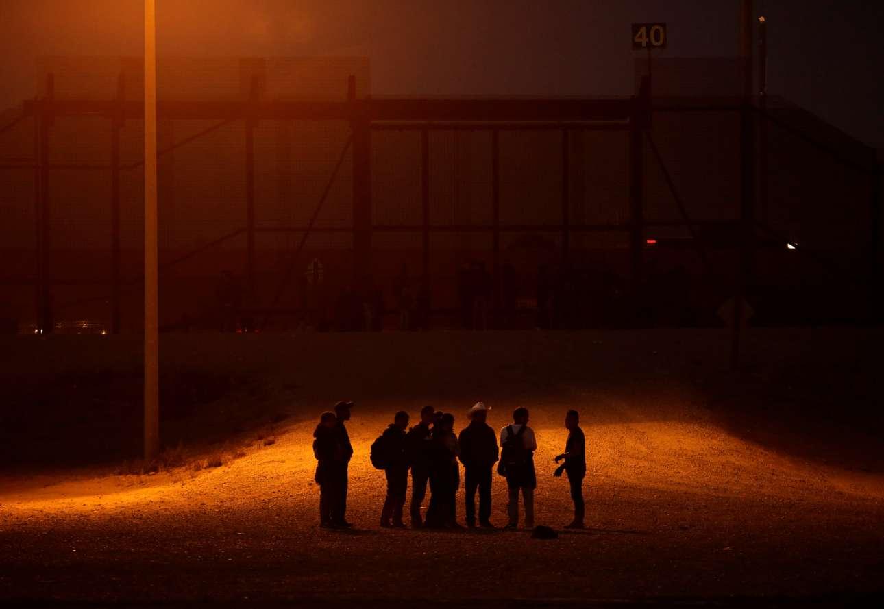 Παρασκευή, 8 Μαρτίου, Σύνορα ΗΠΑ - Μεξικού. Μετανάστες από χώρες της Κεντρικής Αμερικής έχουν μόλις διασχίσει τον Ρίο Μπράβο, με σκοπό να περάσουν παράνομα από την Σιουδάδ Χουάρες του Μεξικού στο Τέξας των ΗΠΑ