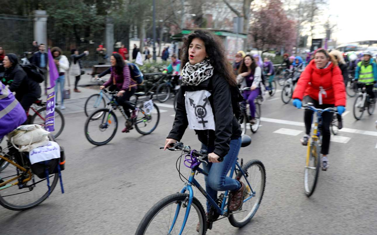 Στιγμιότυπο από ποδηλατική φεμινιστική διαδήλωση στη Μαδρίτη, στο πλαίσιο της γενικής απεργίας στην Ισπανία για τα δικαιώματα των γυναικών