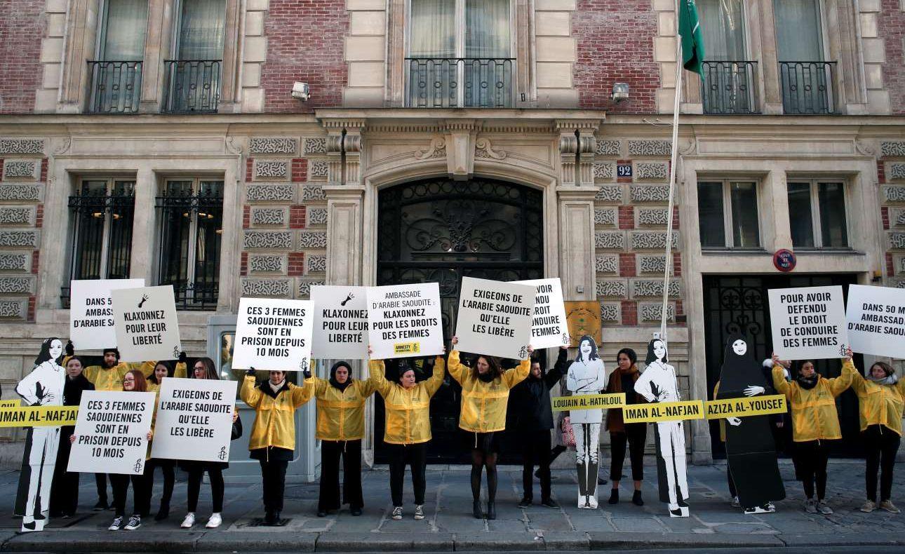 Γυναίκες και άντρες διαδηλώνουν έξω από την πρεσβεία της Σαουδικής Αραβίας στο Παρίσι, ζητώντας την απελευθέρωση ακτιβιστριών για τα δικαιώματα των γυναικών, τις οποίες κρατά φυλακισμένες το καθεστώς