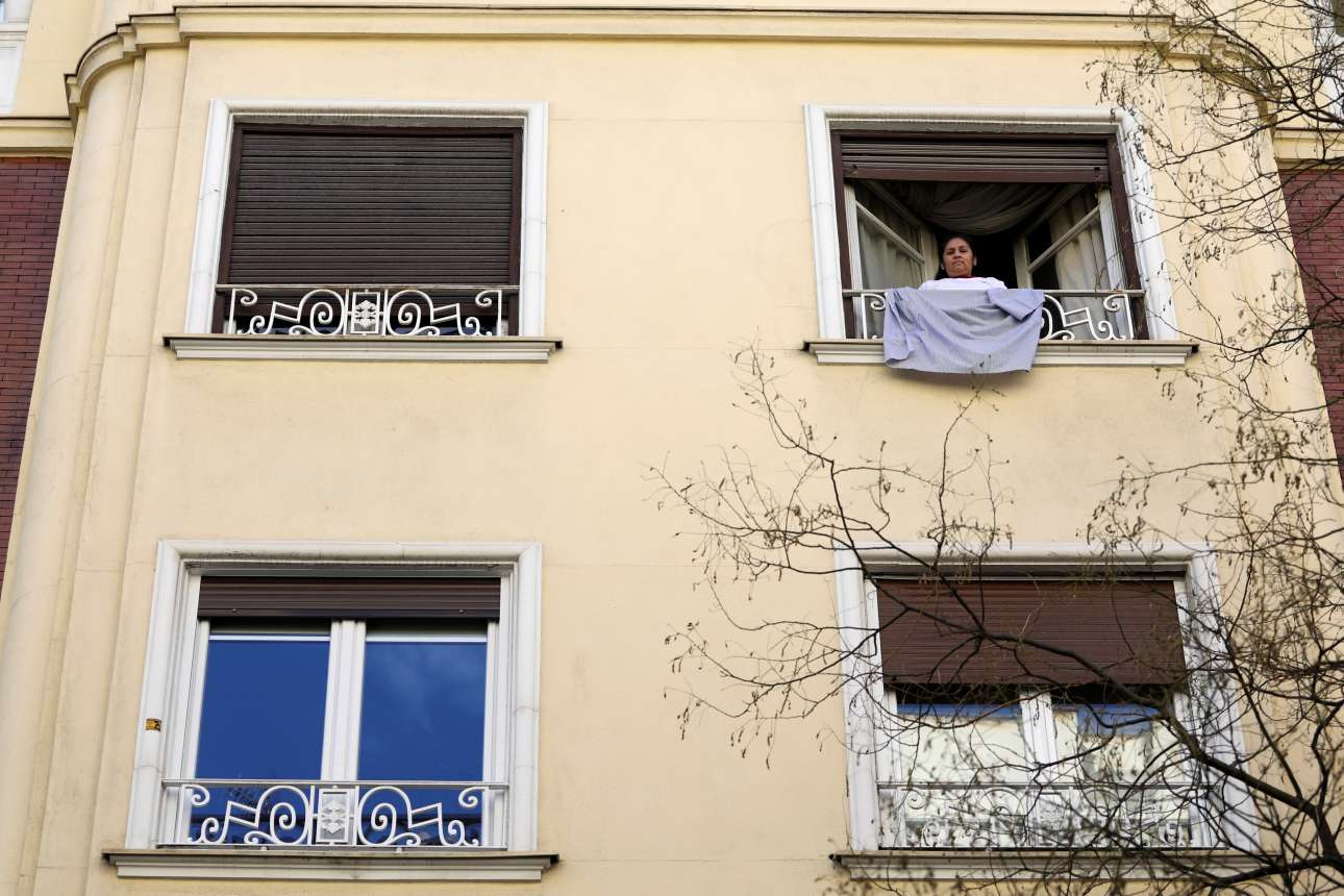 Η Σάντρα Ντελγκαντίγιο, από τη Βολιβία, που εργάζεται ως υπηρετικό προσωπικό στη Μαδρίτη, κρεμά τη στολή της στο μπαλκόνι, σημαίνοντας τη συμμετοχή της στην εθνική απεργία στην Ισπανία, για τα δικαιώματα των γυναικών