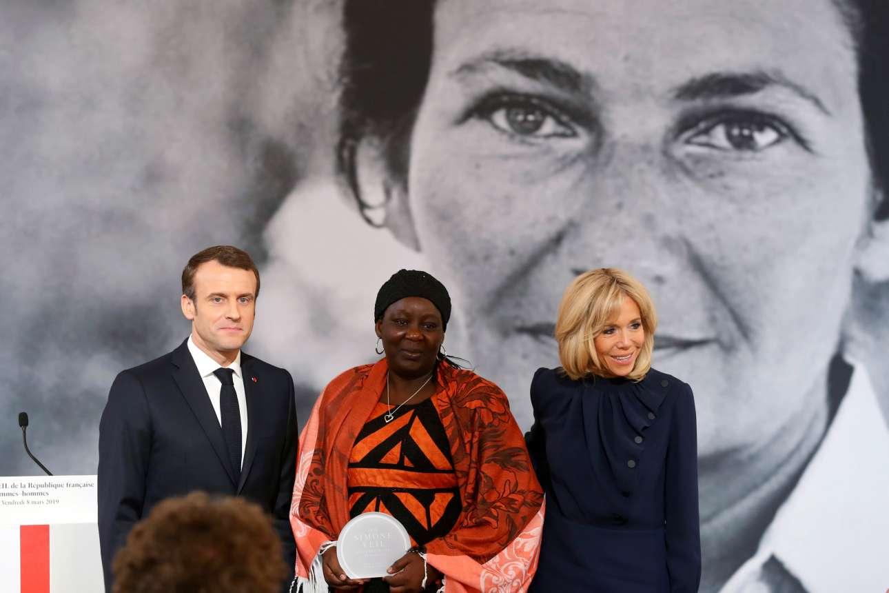 Το ζεύγος Εμανουέλ και Μπριζίτ Μακρόν απονέμουν στην Αϊσα Ντουμάρα Γκατάνσου, ακτιβίστρια από το Καμερούν, το βραβείο Σιμόν Βέιλ, στο Παρίσι