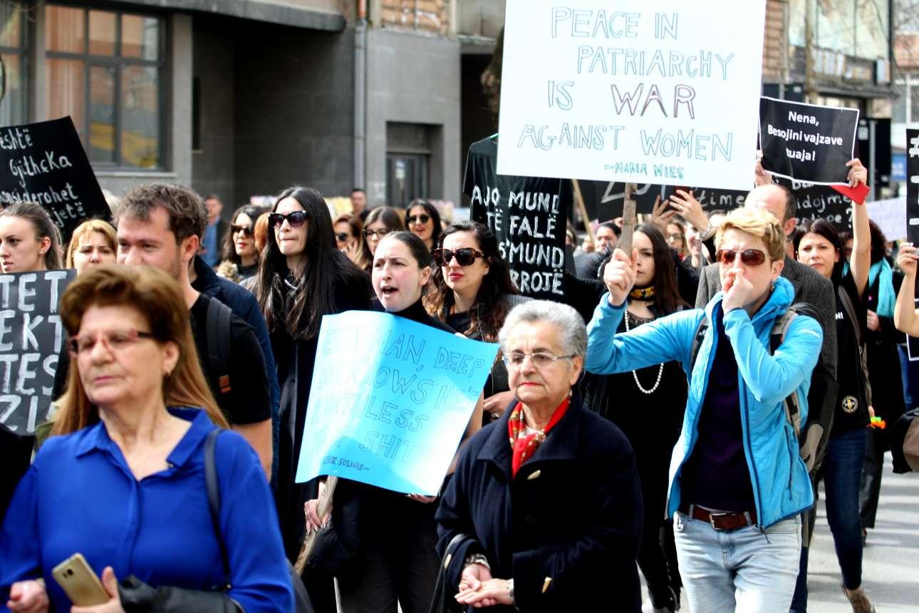 Γυναίκες στα Τίρανα, διαδηλώνουν κατά της βίας κατά των γυναικών, φορώντας μαύρα στη μνήμη των θυμάτων