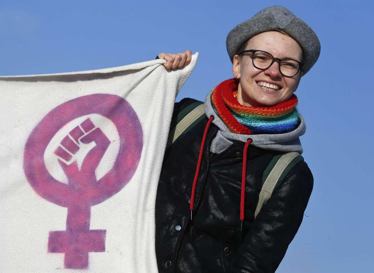 Διαδηλώτρια στην Αγία Πετρούπολη, σε συγκέντρωση κατά της βίας κατά των γυναικών