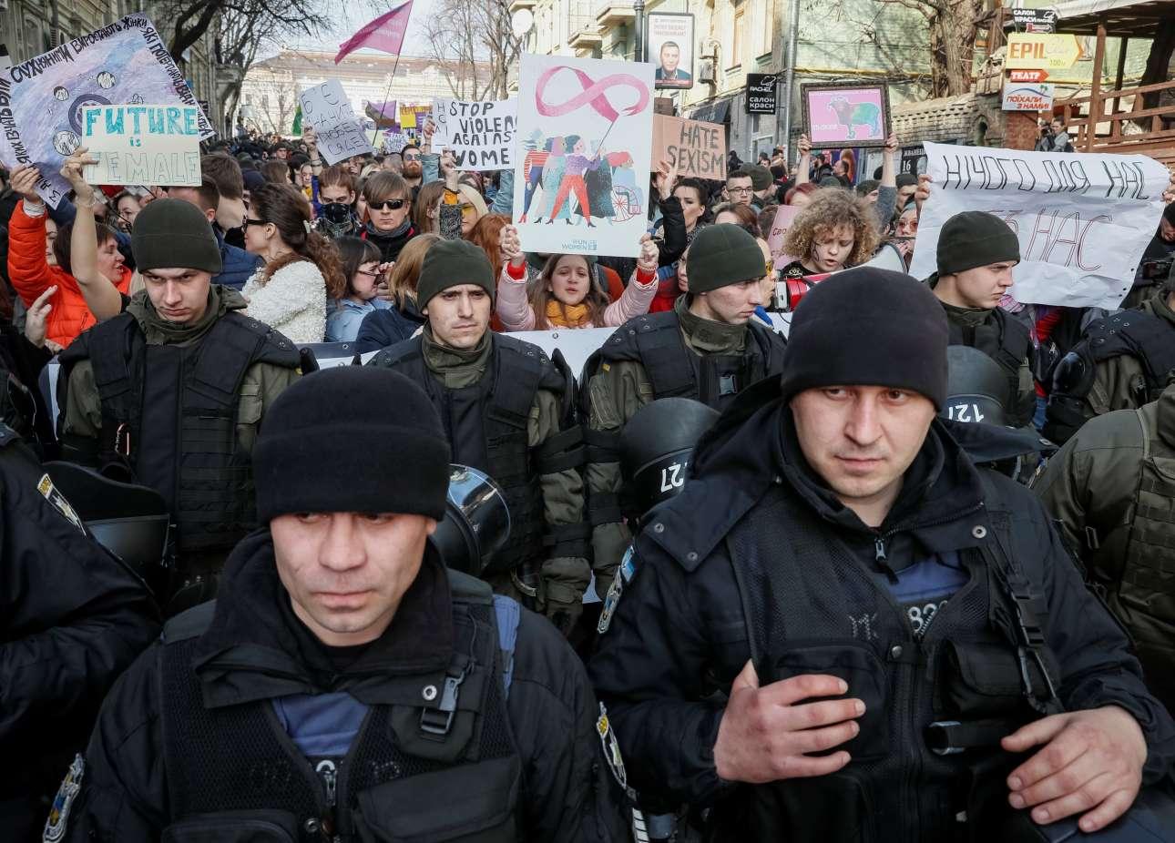Η ουκρανική εθνοφρουρά φυλάσσει διαδήλωση υπέρ των γυναικών στο Κίεβο