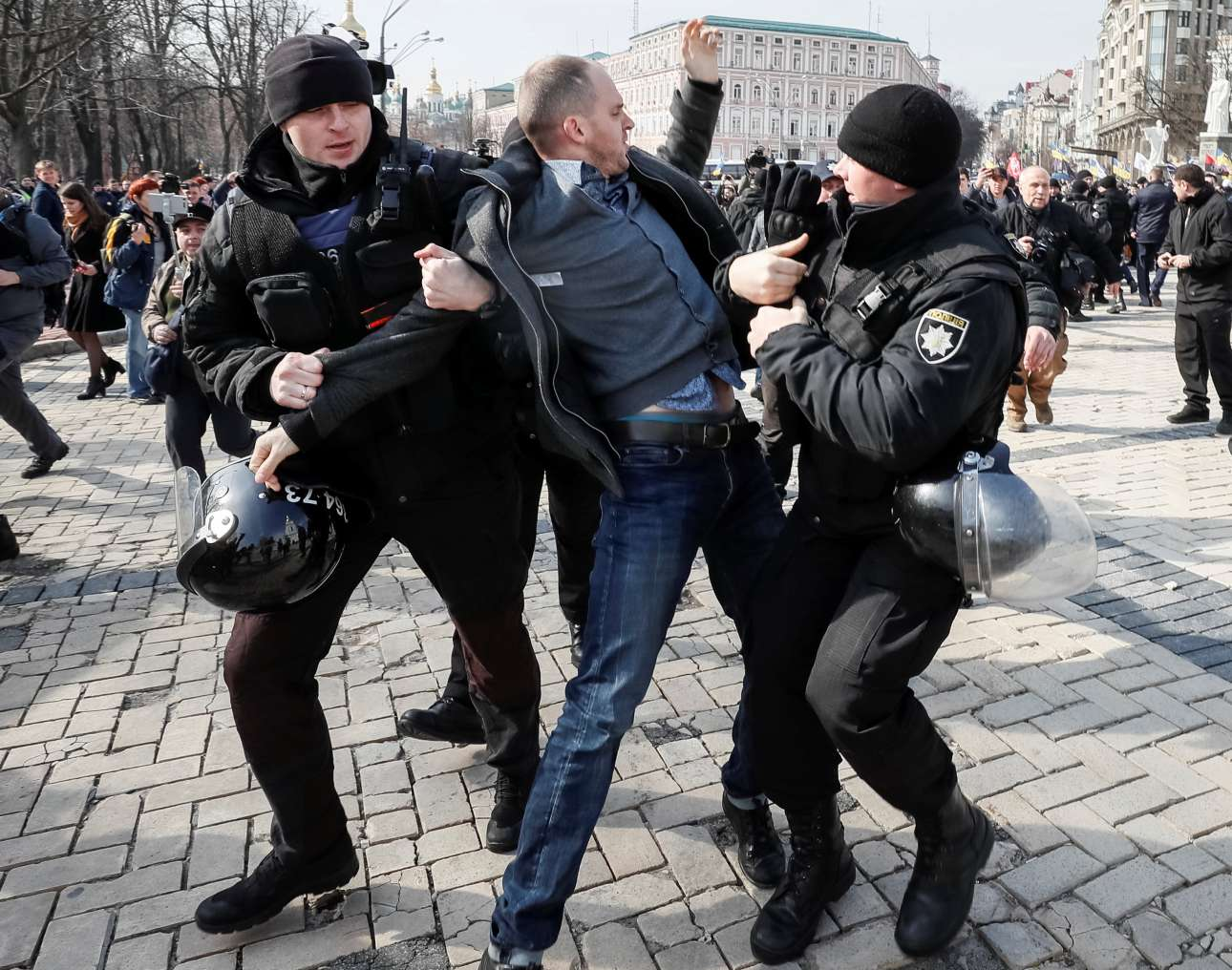 Η ουκρανική αστυνομία συλλαμβάνει άντρα που συμμετείχε σε αντιδιαδήλωση αντρών κατά των γυναικών στο Κίεβο