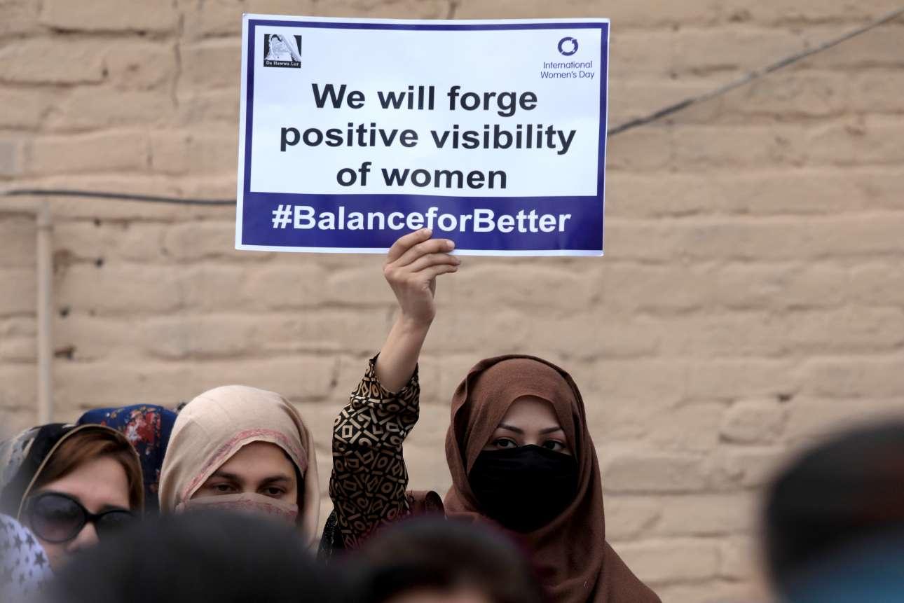 Μία γυναίκα κρατά πλακάτ σε διαδήλωση στο Πεσαβάρ του Πακιστάν