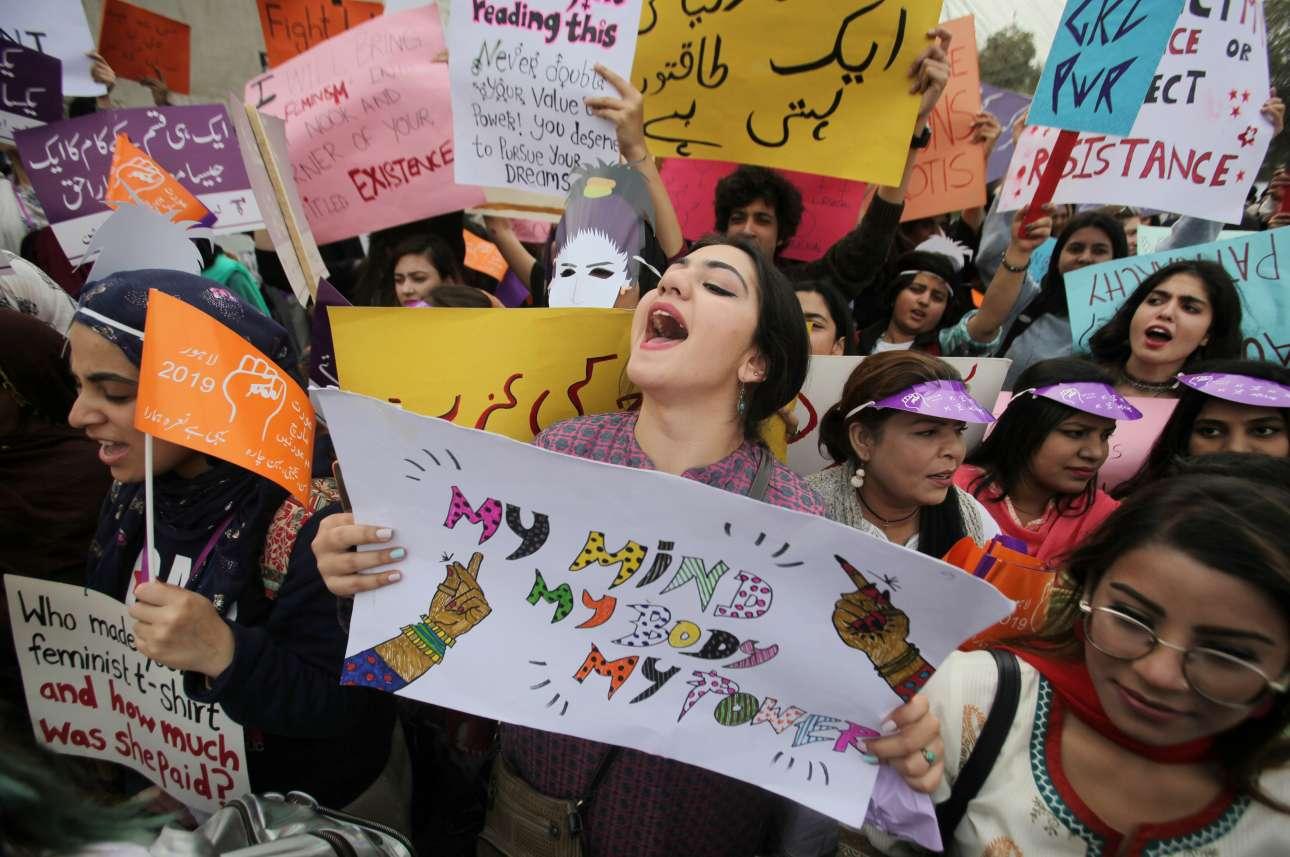 Γυναίκες διαδηλώνουν για τα δικαιώματά τους στη Λαχόρη του Πακιστάν